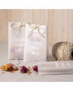 Pose af pergamentpapir med tørrede blomster som konfetti