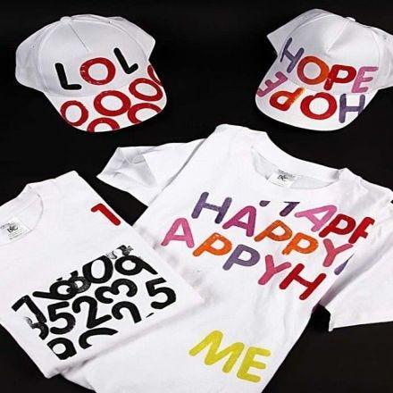 Caps og t-shirts med bokstavtrykk
