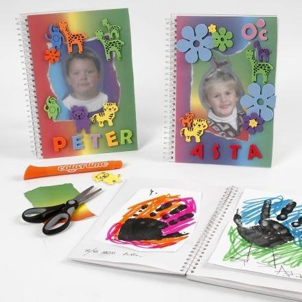 Dokumentasjonsbok med regnbuepapir