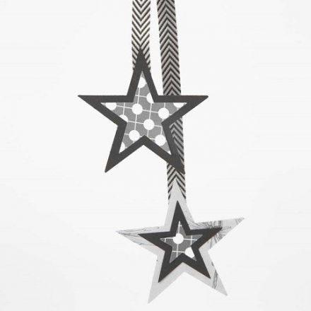 Oppheng av papirstjerner i flere lag på bånd