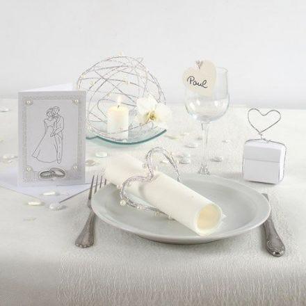 Innbydelse, borddekking og bordpynt til bryllup i hvitt