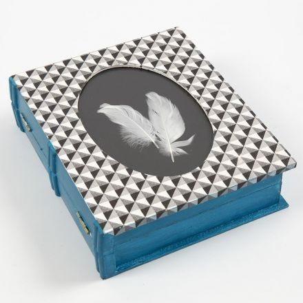 Dekorert eske med ramme og form som bok