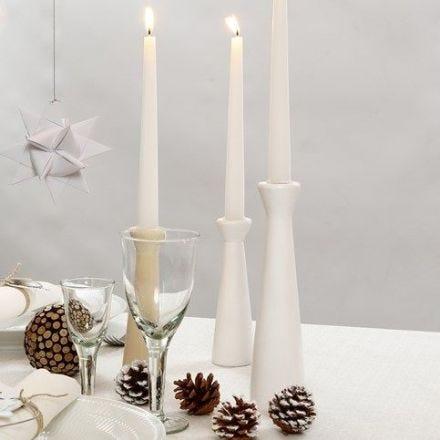Hvitmalte lysestaker av tre
