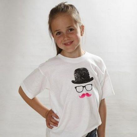 T-shirt med hatt, briller og bart som trykk