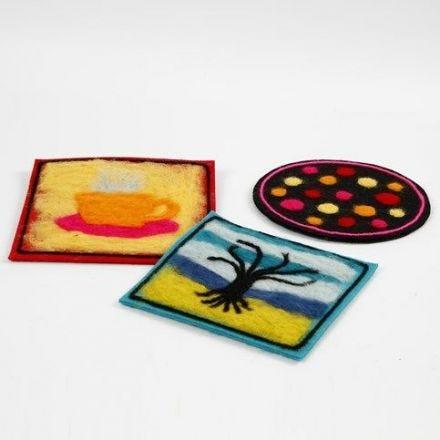 Kjeleunderlag av tykk filt med dekorasjon av nålefilt