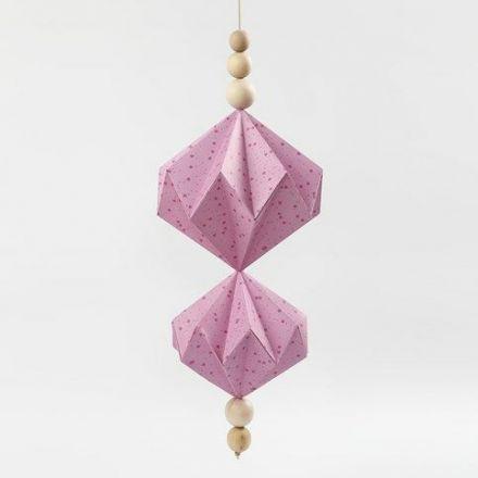 Oppheng med papirdiamanter av designpapir fra Vivi Gade