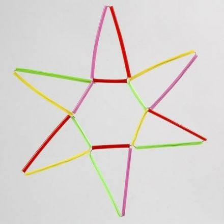 Stjerne av kulørte konstruksjonsrør på vindseltråd