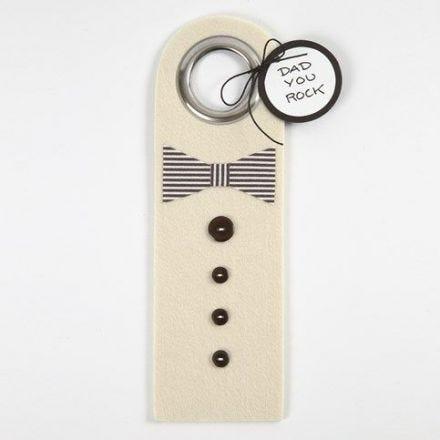 Dørskilt av filt med sløyfe og knapper