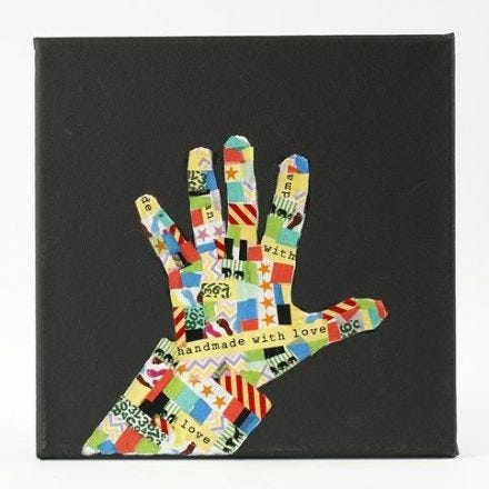Svart malelerret med hånd i silhuett av mønstrete Mønstertape