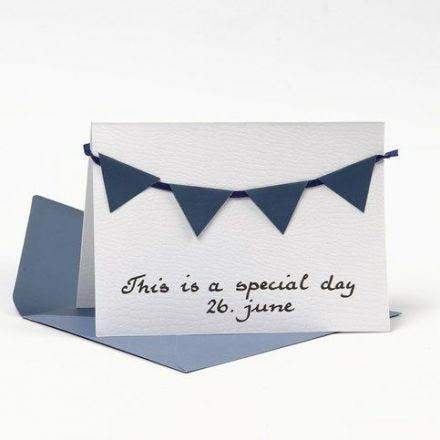 Kort med kuvert, pyntet med blå vimpler af strukturpapir