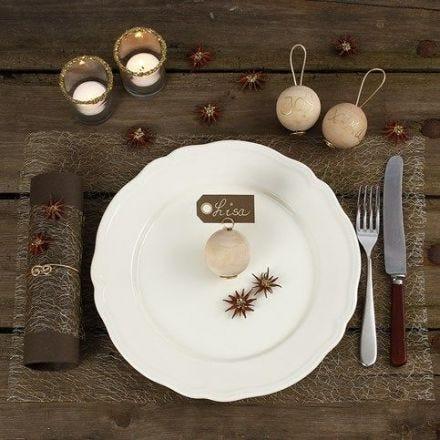 Juleoppdekking med pynt av naturmaterialer