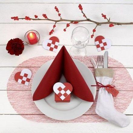 Juleoppdekking med bordpynt i rødt og hvitt