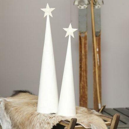 Juletre av hvitmalt kjegle med glitrende toppstjerne