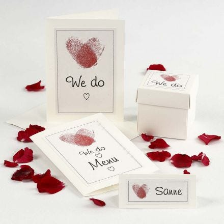 Bryllupsinvitasjon og bordpynt med hjerte av fingeravtrykk