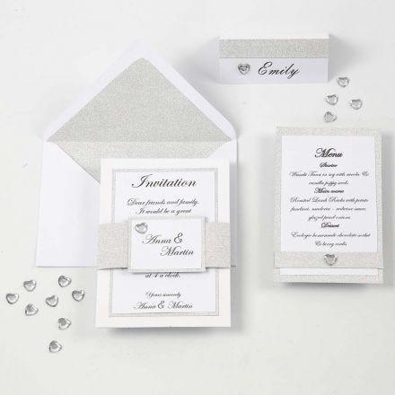Innbydelse, menykort og bordkort i hvitt og sølv
