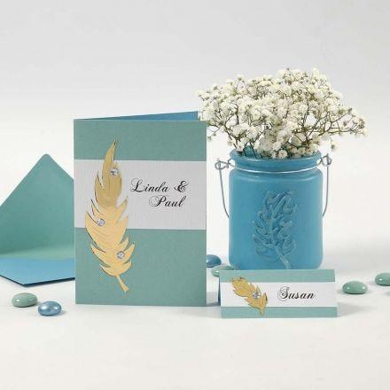 Innbydelse og bordkort med gullfjær og rhinsten