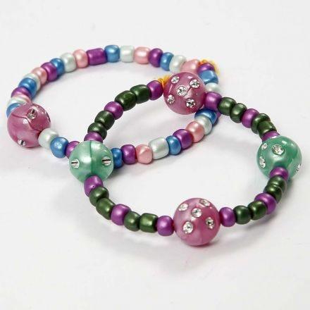 Armbånd av strikk med rocaiperler og perler med rhinsten