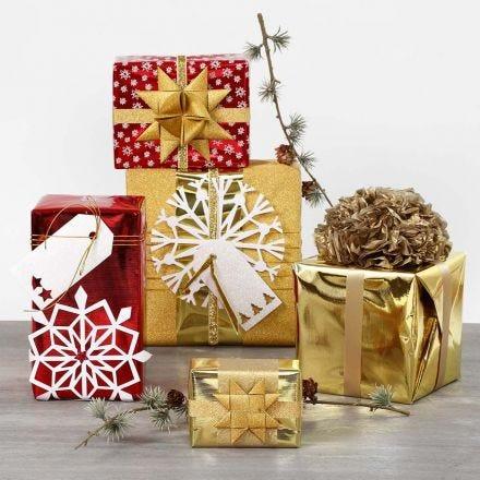 Innpakning med metallisk gavepapir og glitrende pynt