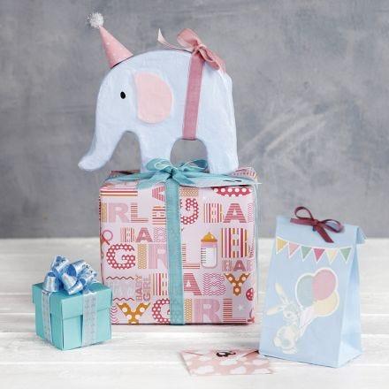 Babyshower gaveinnpakning med pynt
