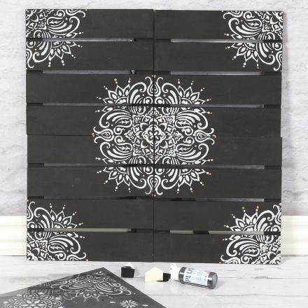 Veggdekorasjon dekorert med etnisk mønster etter stencil