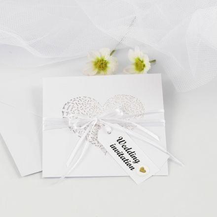 Bryllupsinvitasjon med satengbånd og manillamerker pyntet med puffy stickers