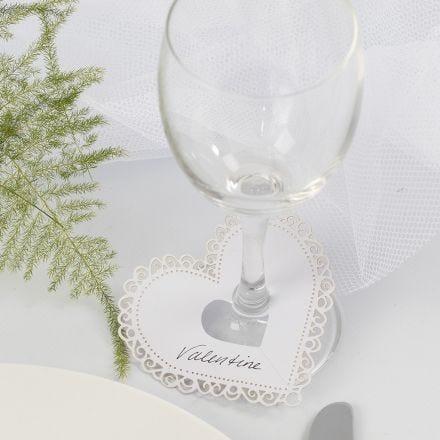Hjerte av kartong med utskjæringer brukt som bordkort til bryllup