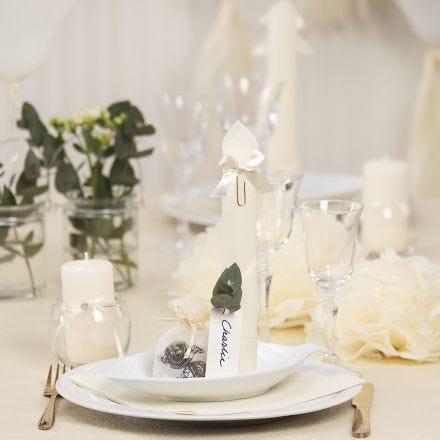 Borddekking og bordpynt i råhvit med papirblomster, ballonger, serviett brettet som tårn og bordkort