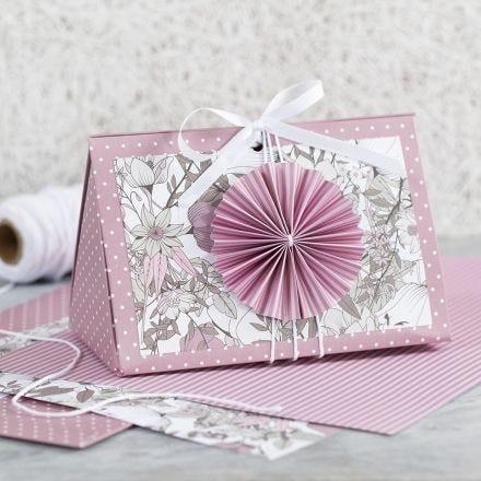 Rosa gaveeske med rosett og designpapir