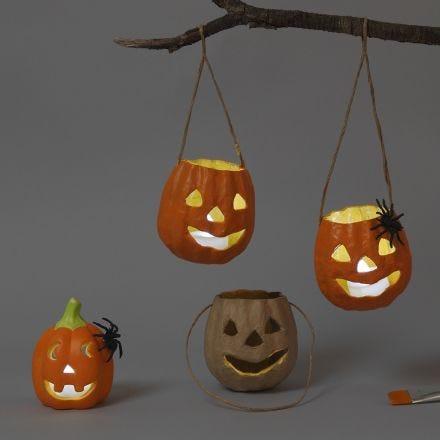 Gresskar lanterner av papp og terrakotta til halloween