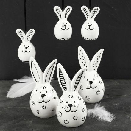 Hare av porselen dekorert med svart porselenstusj.