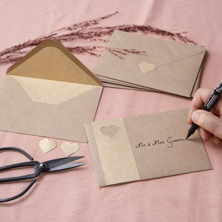 Konvolutter av kvistpapir dekorert med gullpapir