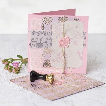 Kort dekorert med håndlaget papir, stempeltrykk og lakk og segl