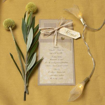 Menykort av kvistkartong med skjelettblad som pynt