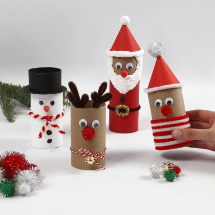 Julefigurer av papprør med pynt