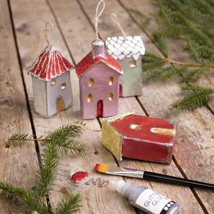 Julehus til oppheng dekorert med metallisk maling og glitter