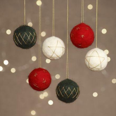 Julekuler av nålefilt på isopor pyntet med gulltråd