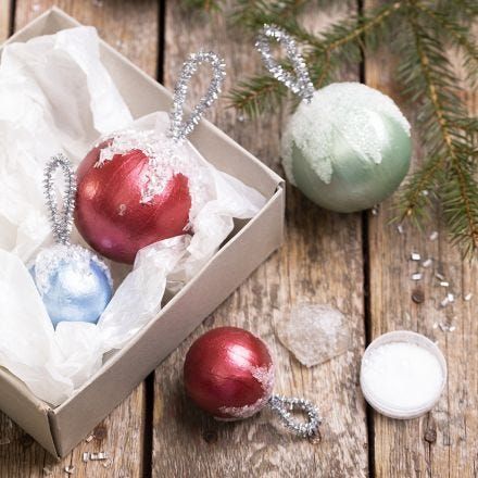 Julekuler dekorert med metall maling og kunstig snø