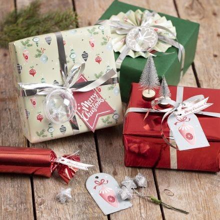 Gaveinnpakning med julepynt