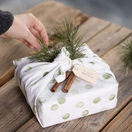 Gaveinnpakning med oppvaskhåndkle dekorert med stempeltrykk