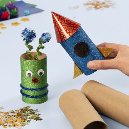 Romrakett og alien av papprør dekorert med basis hobbyartikler