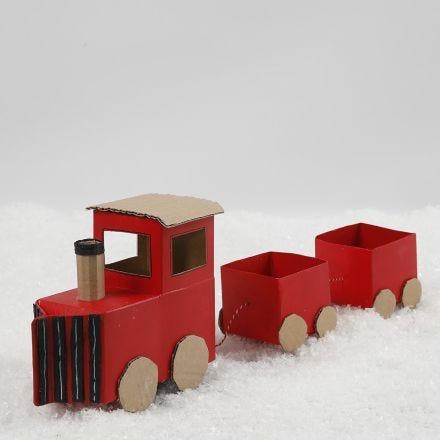 Juletog av melkekartonger og gjenbrukspapp