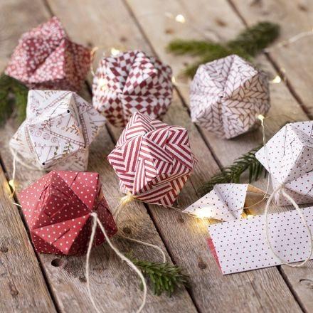Origami julekule brettet av origamipapir