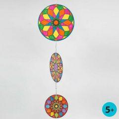 Uro av runde kartongskiver med fargelagt mandala