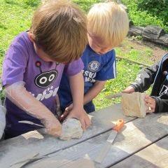 Barn arbeider med kleberstein