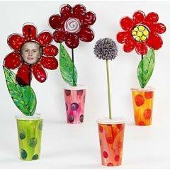 Pappvaser med blomster i vindusmaling