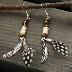 Øreringer med fjær og perler