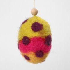 Egg dekorert med nålefilt i kardet ull