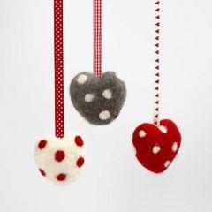Nålefiltet hjerte på isopor med prikker