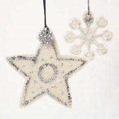 Stjerne og iskrystall av filt med bladmetall og charms
