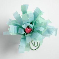 Blomst av silkepapir på fot av farget ståltråd